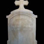 Porodicni Spomenik Sa Krstom
